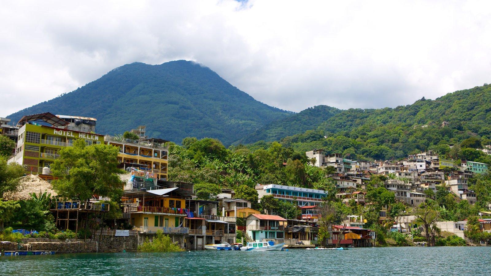 San Pedro La Laguna mostrando un lago o abrevadero, una pequeña ciudad o pueblo y montañas
