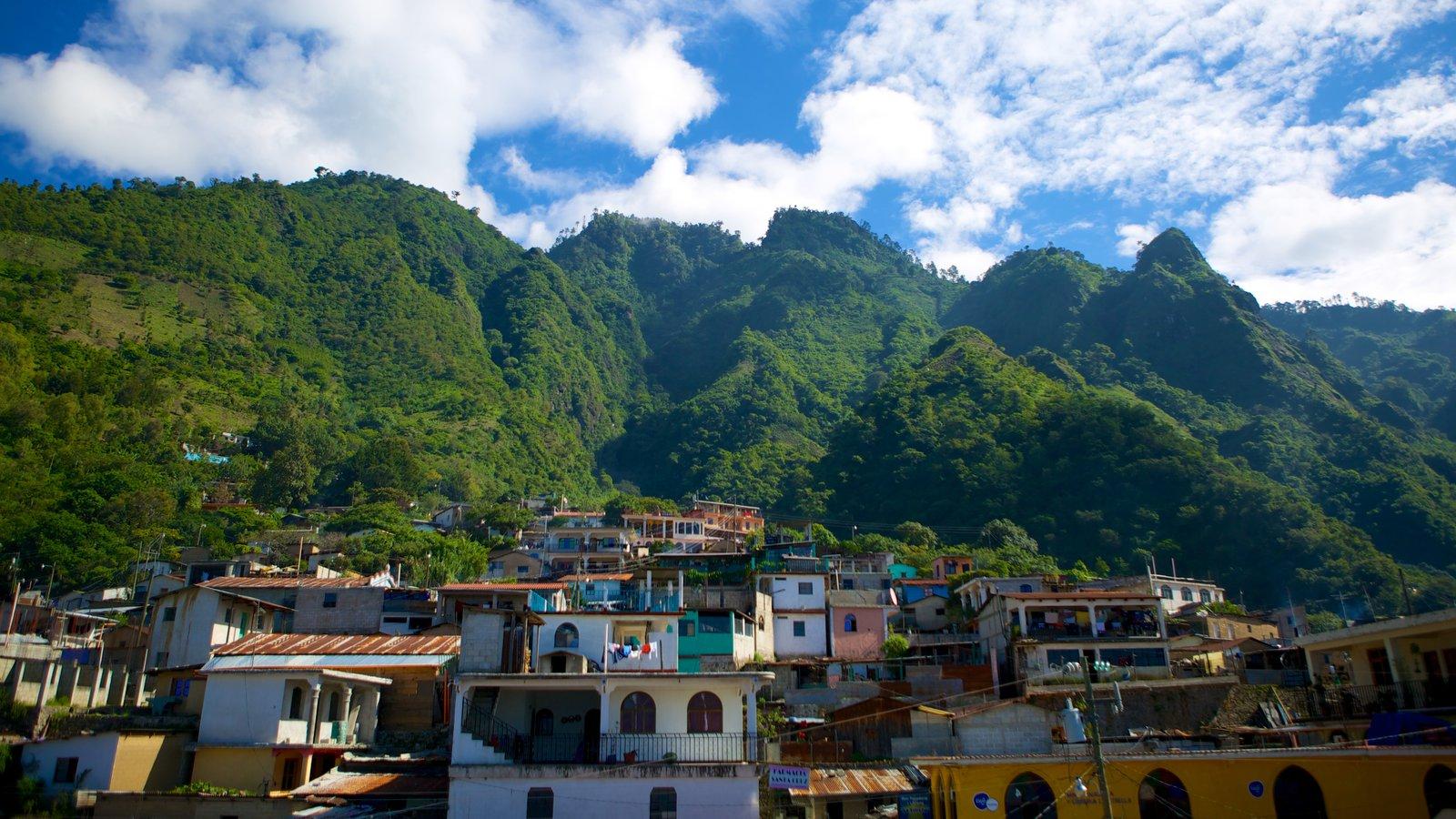 Santa Cruz La Laguna que incluye una pequeña ciudad o pueblo y montañas
