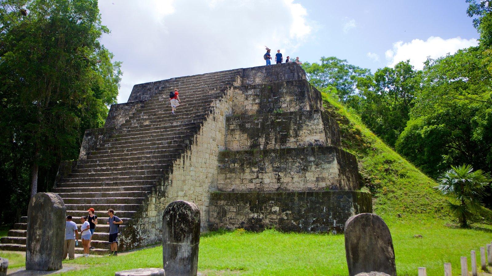 Tikal caracterizando ruínas de edifício, arquitetura de patrimônio e elementos de patrimônio