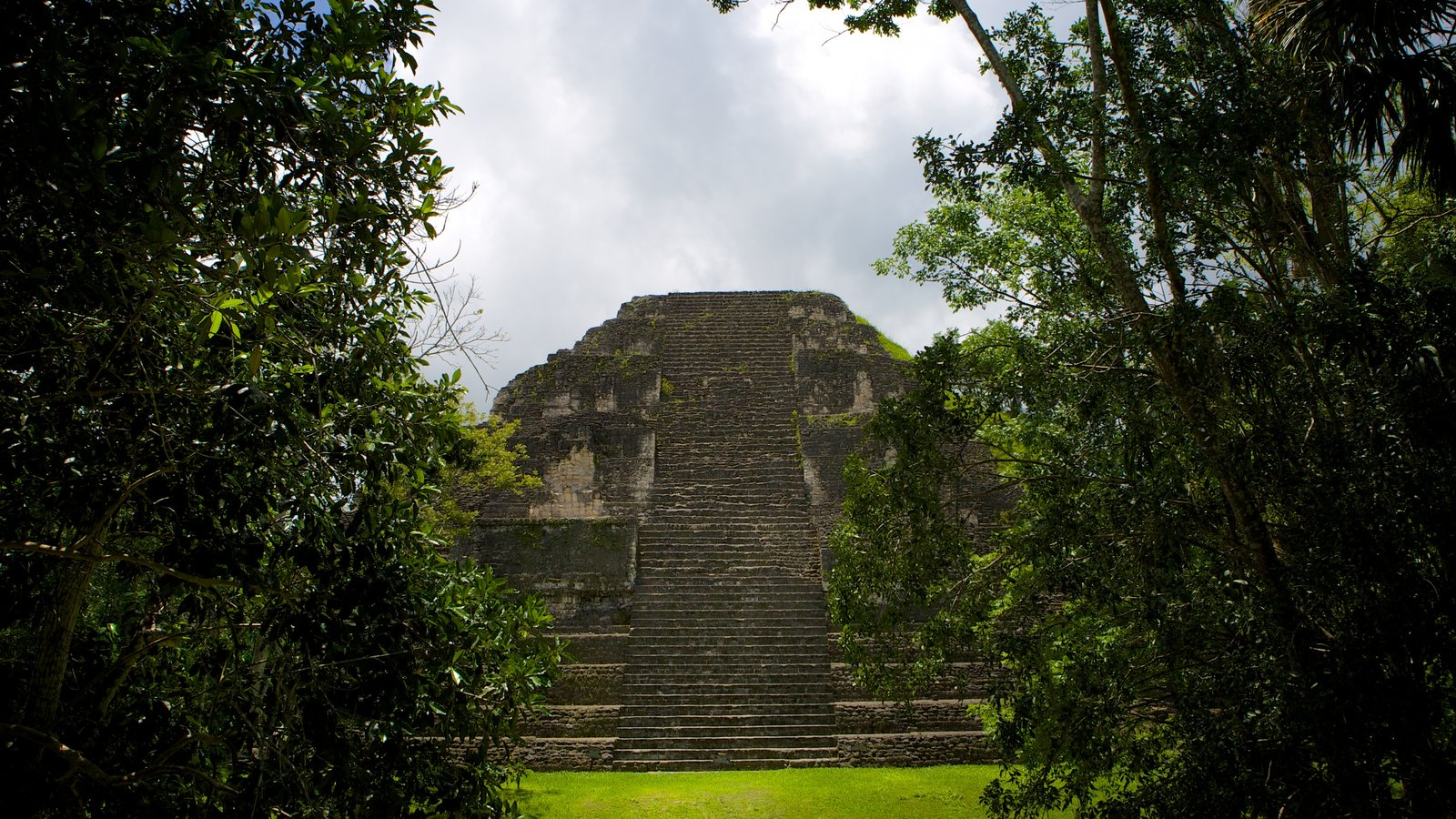 Tikal caracterizando elementos de patrimônio e ruínas de edifício