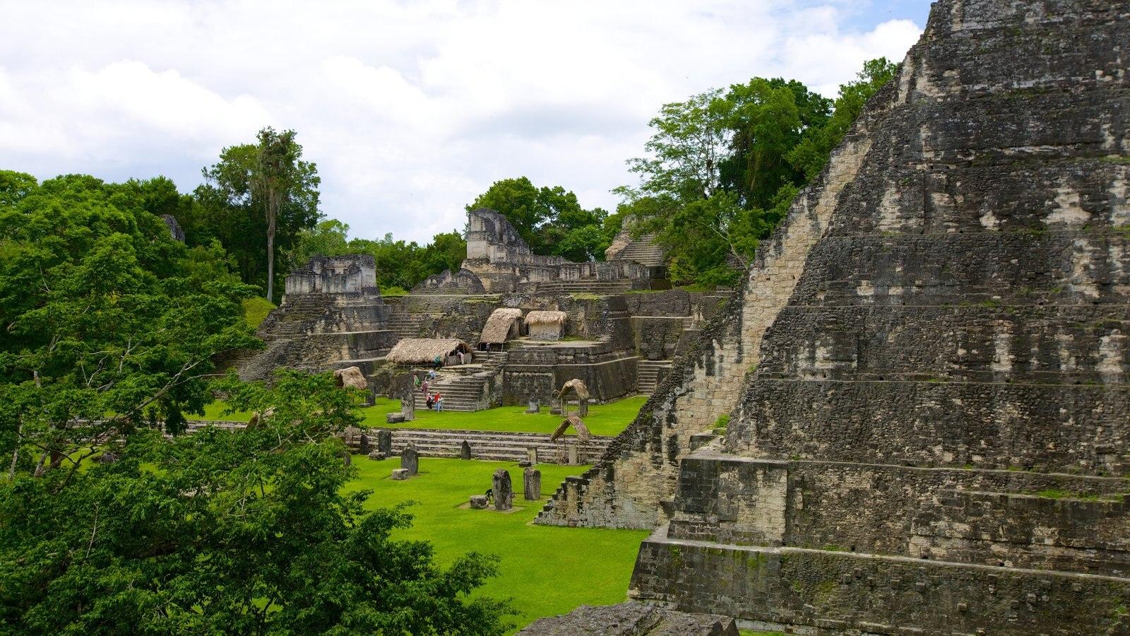 Tikal caracterizando arquitetura de patrimônio, paisagem e ruínas de edifício
