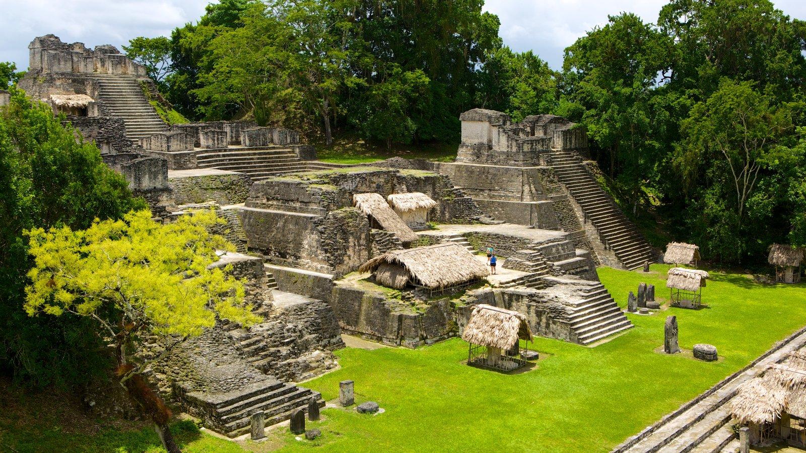 Tikal caracterizando elementos de patrimônio, paisagem e ruínas de edifício