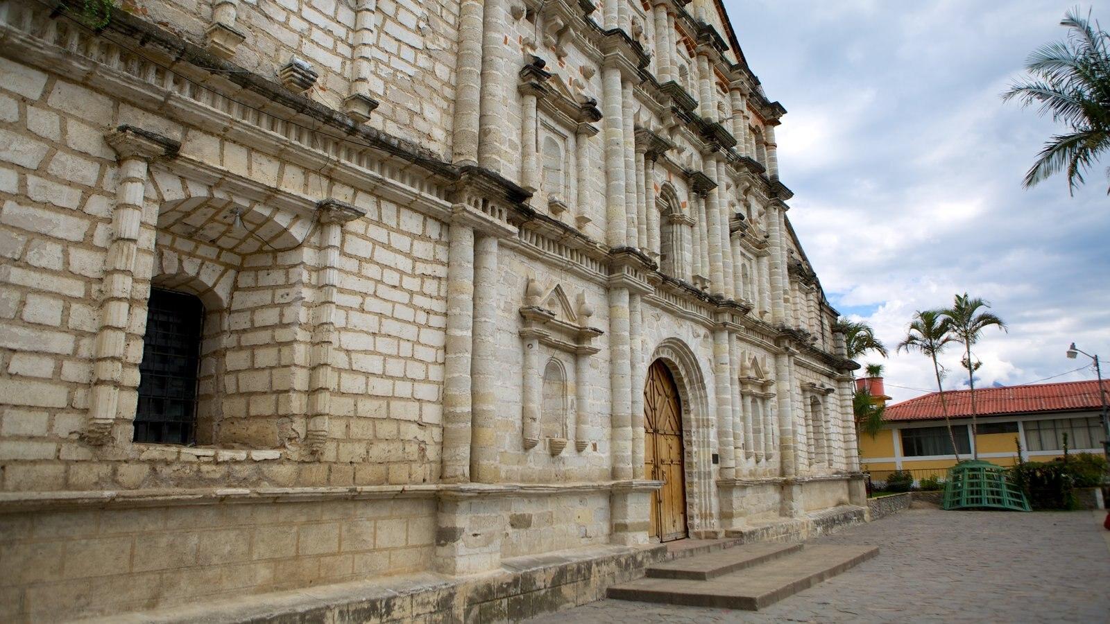 Igreja de São Francisco que inclui arquitetura de patrimônio, uma igreja ou catedral e cenas de rua
