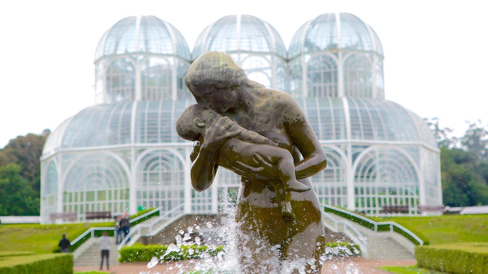 Curitiba caracterizando uma estátua ou escultura, uma fonte e um jardim
