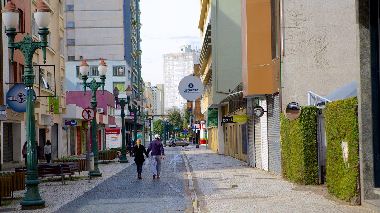 Curitiba mostrando cenas de rua assim como um casal