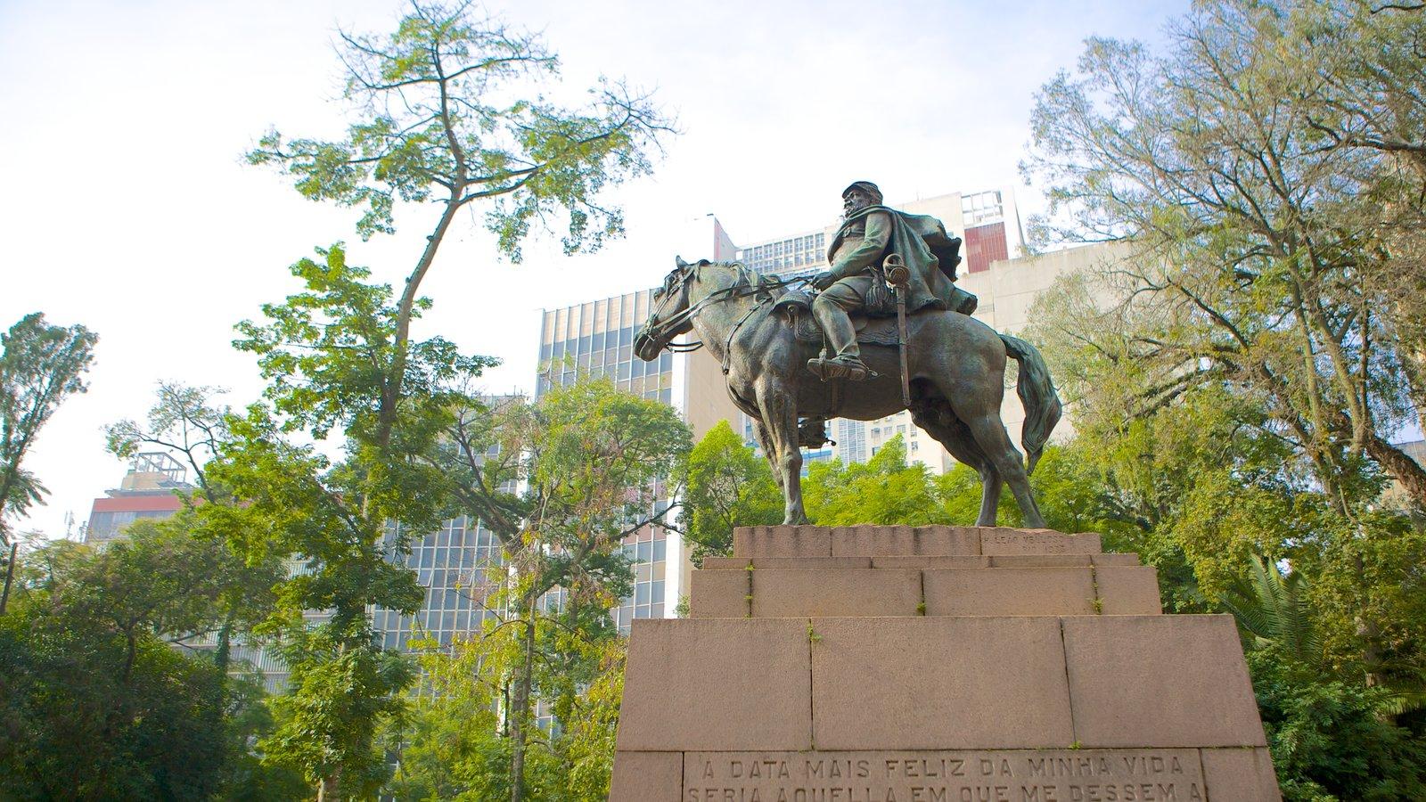 Porto Alegre mostrando uma estátua ou escultura