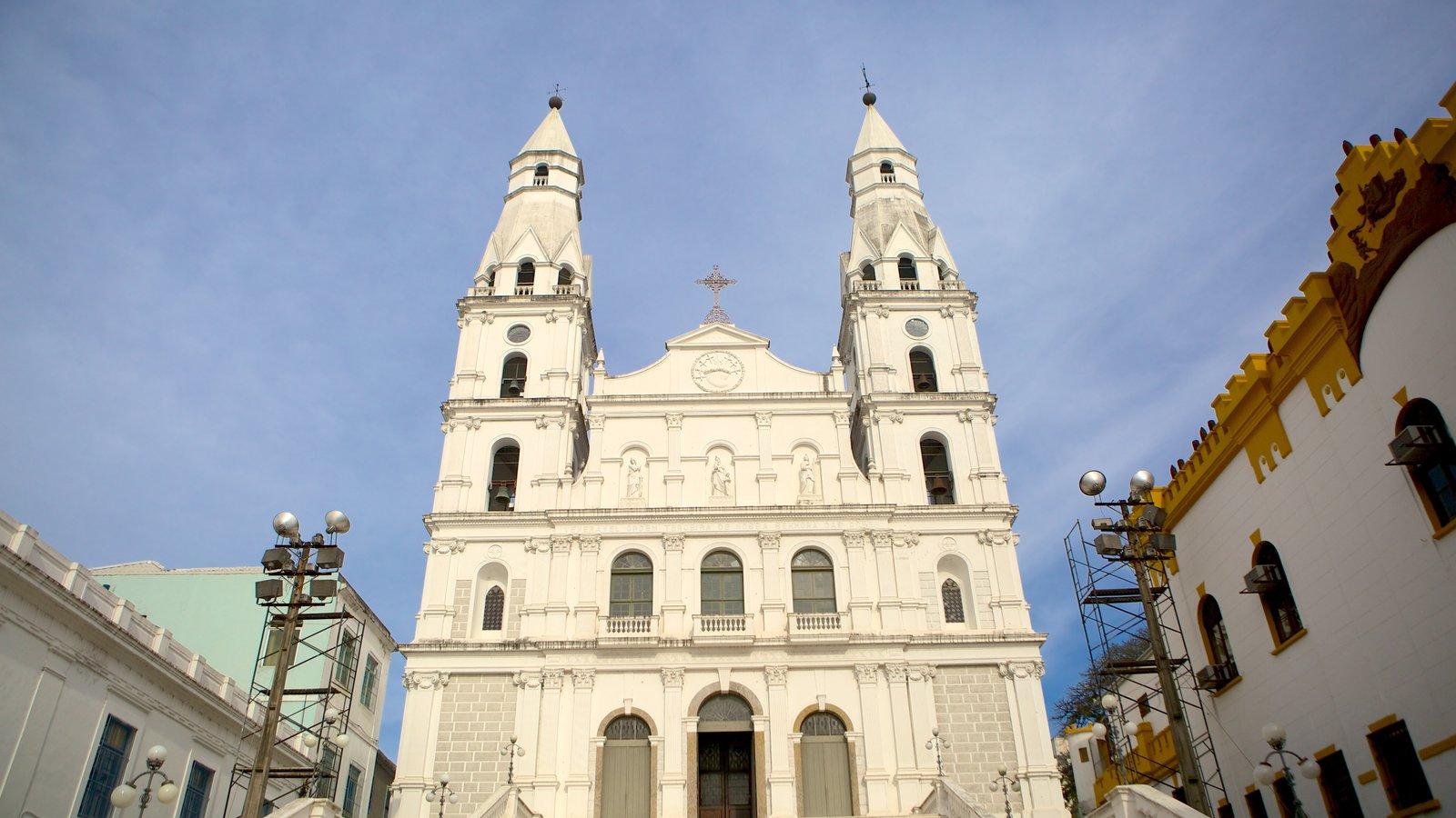 Porto Alegre caracterizando arquitetura de patrimônio e uma igreja ou catedral