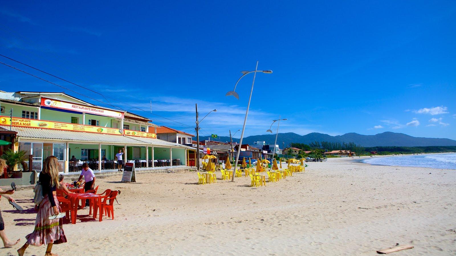 Praia da Barra da Lagoa caracterizando uma praia de areia e paisagem