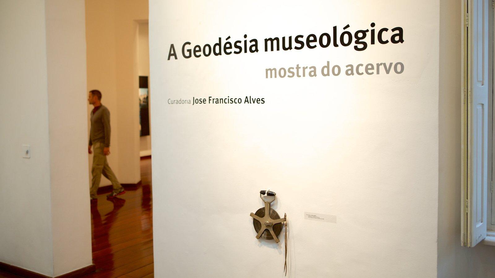 Museu de Arte Contemporânea que inclui sinalização e vistas internas