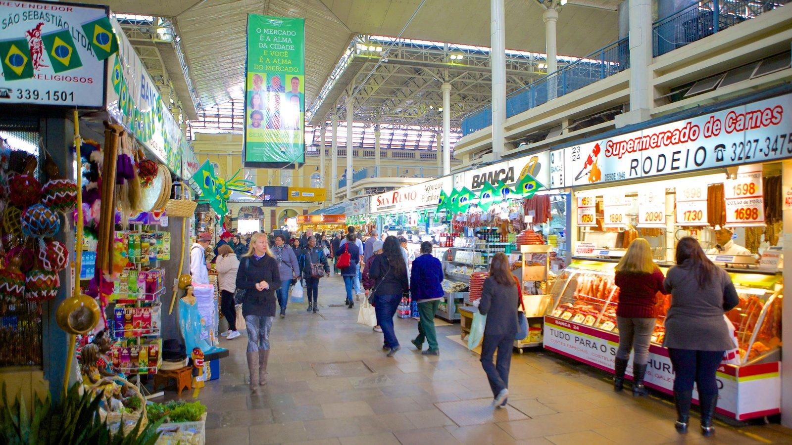 Mercado Público caracterizando compras e vistas internas assim como um grande grupo de pessoas