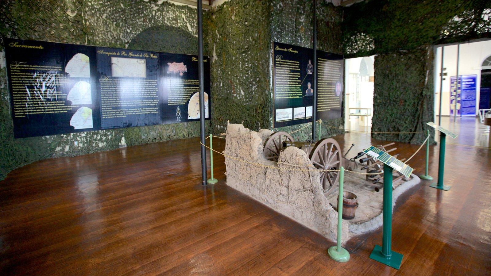 Museu Militar mostrando itens militares e vistas internas