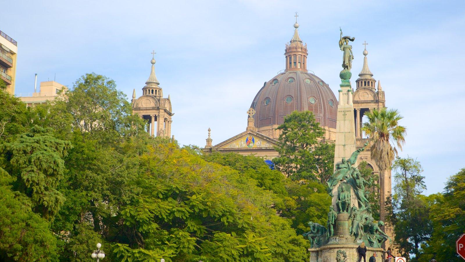 Catedral Metropolitana que inclui uma igreja ou catedral, arquitetura de patrimônio e uma estátua ou escultura