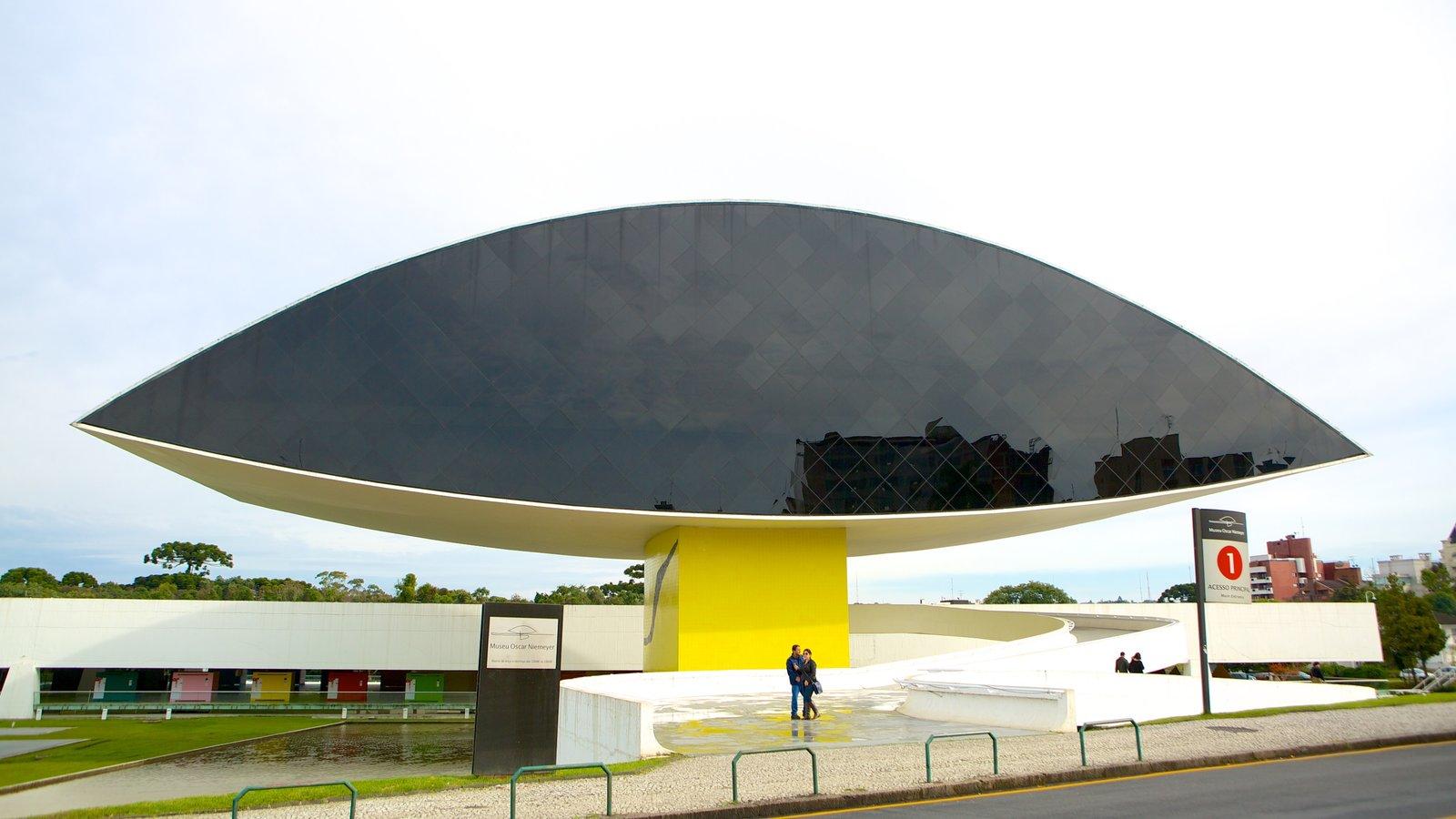 Museu Oscar Niemeyer mostrando arte ao ar livre