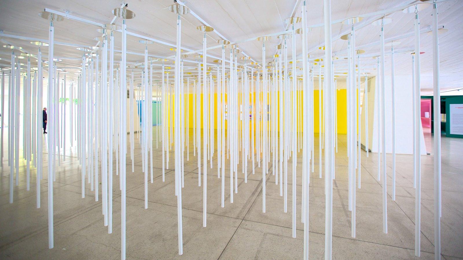 Museu Oscar Niemeyer mostrando arte e vistas internas