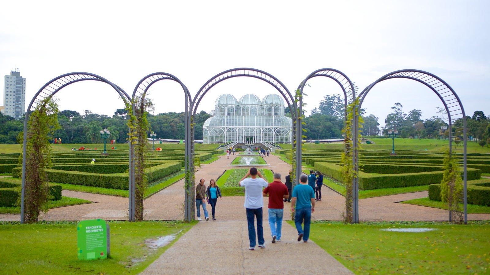 Parque Botânico de Curitiba caracterizando um parque e uma cidade assim como um pequeno grupo de pessoas