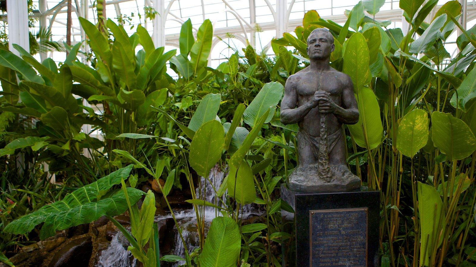 Parque Botânico de Curitiba que inclui uma estátua ou escultura, vistas internas e um jardim