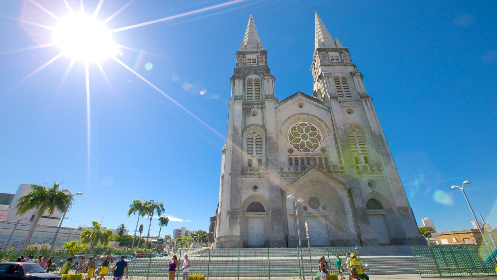 Catedral da Sé mostrando uma igreja ou catedral e cenas de rua