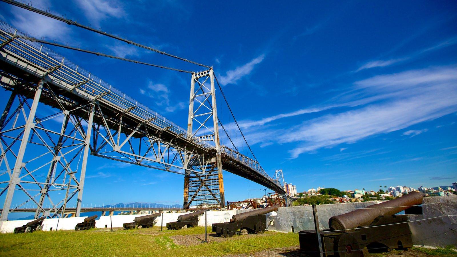 Ponte Hercílio Luz mostrando uma ponte e itens militares