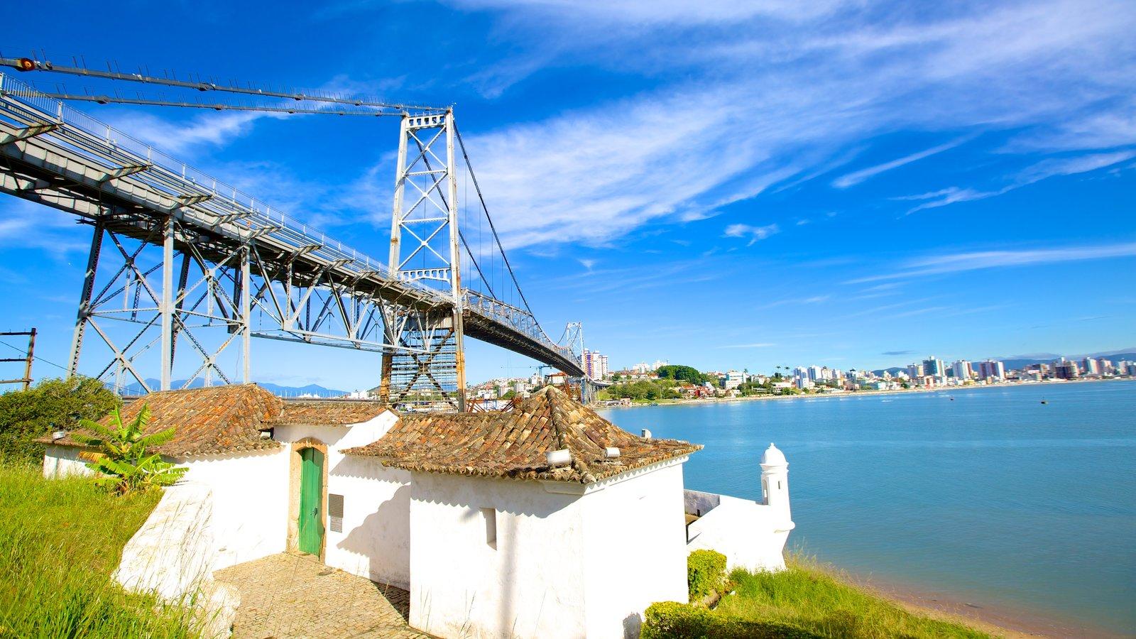 Ponte Hercílio Luz que inclui paisagens litorâneas e uma ponte