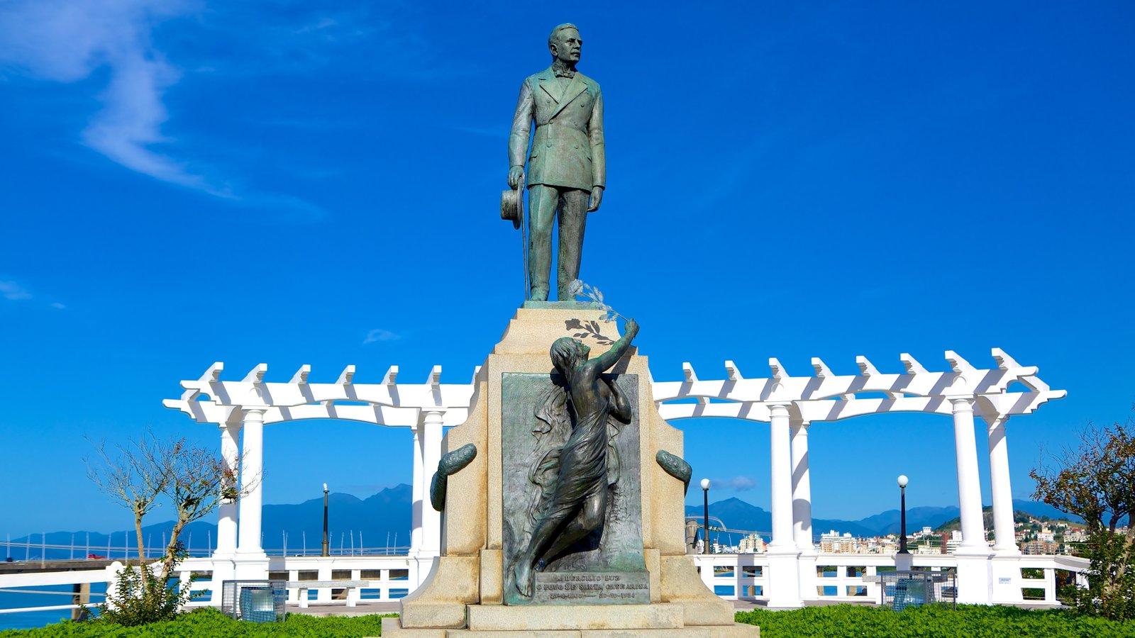 Ponte Hercílio Luz mostrando uma estátua ou escultura e um parque