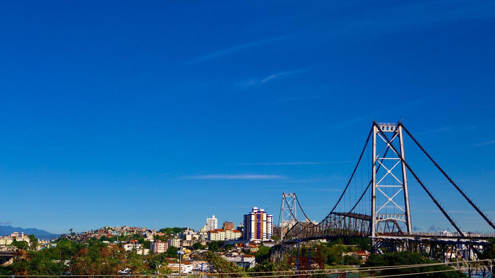Ponte Hercílio Luz mostrando uma ponte e uma cidade