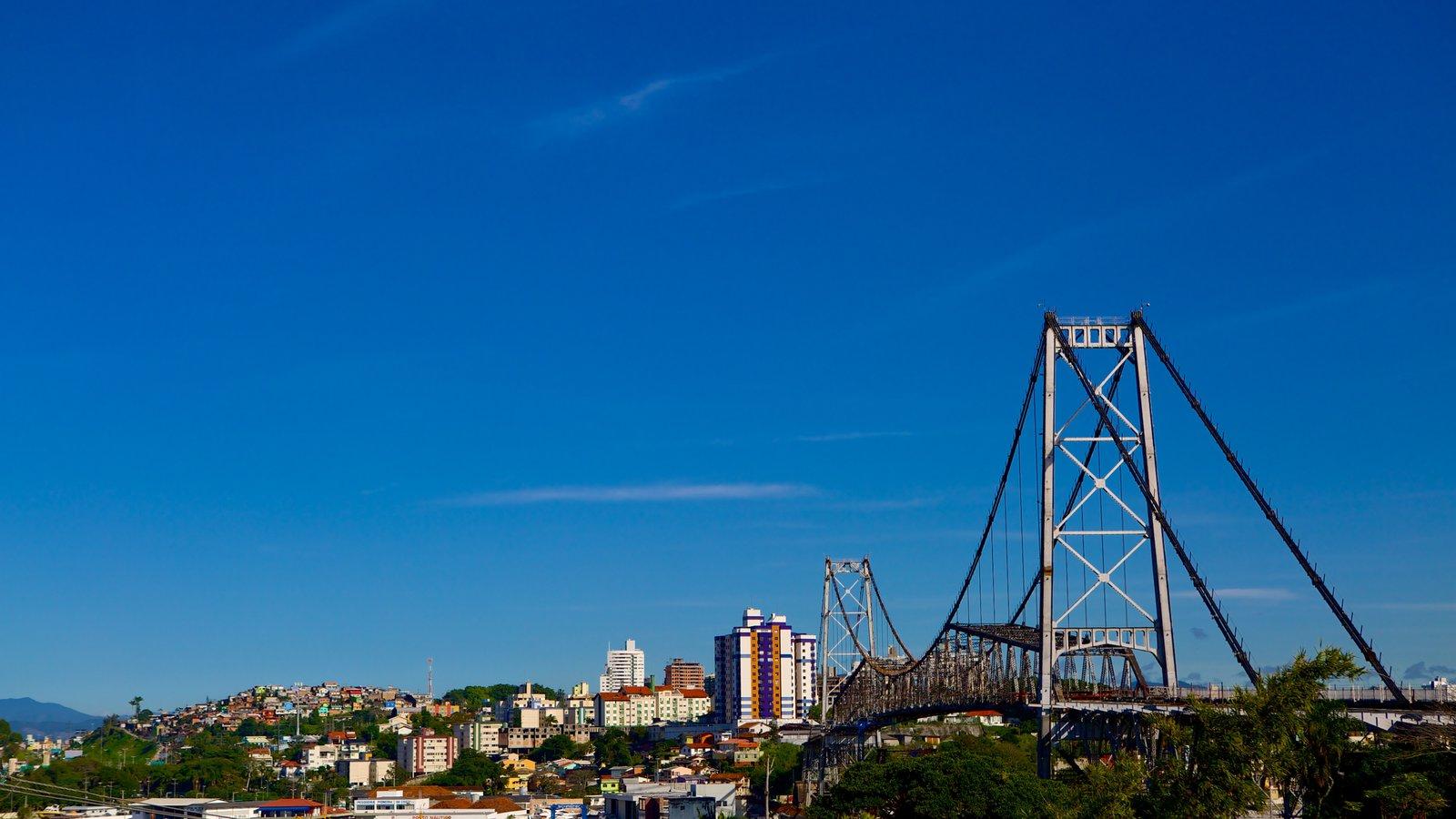 Ponte Hercílio Luz caracterizando uma cidade e uma ponte