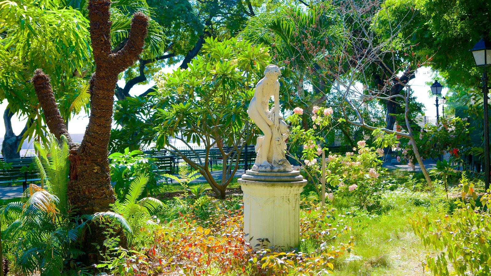 Passeio Público mostrando um parque e uma estátua ou escultura
