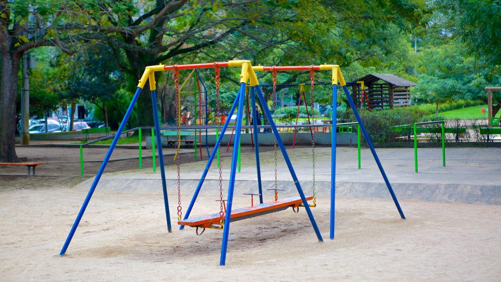 Parque Moinhos de Vento mostrando um parquinho