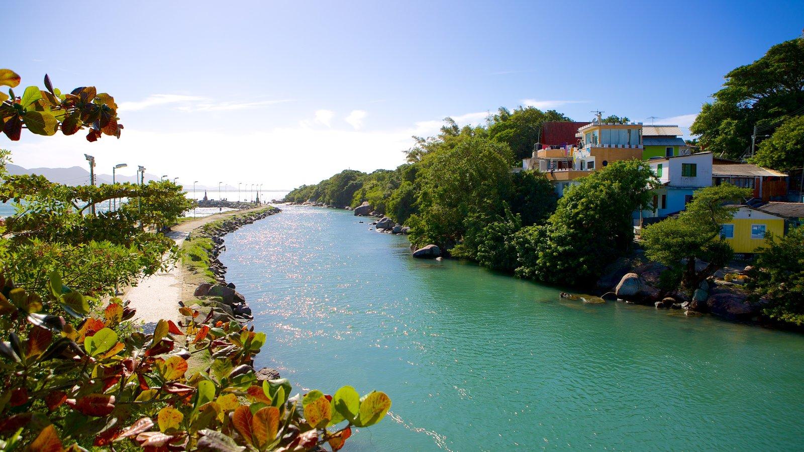 Praia da Barra da Lagoa caracterizando um rio ou córrego e paisagem