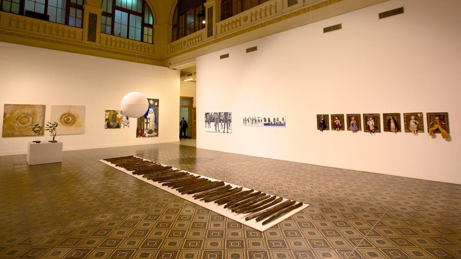 Museu de Arte do Rio Grande do Sul que inclui vistas internas e arte