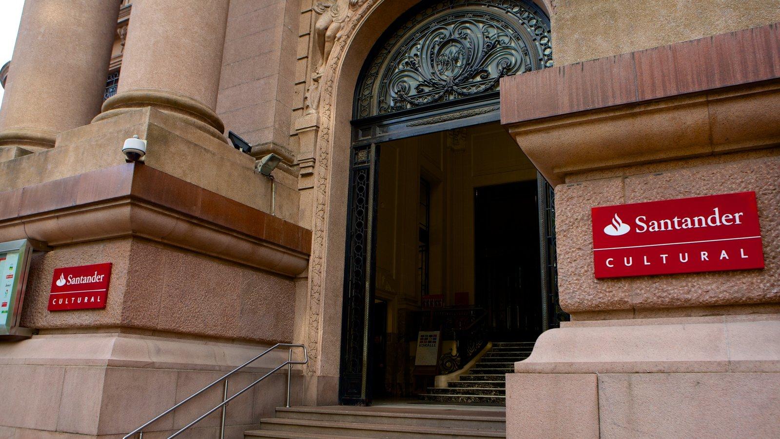 Santander Cultural que inclui sinalização e arquitetura de patrimônio