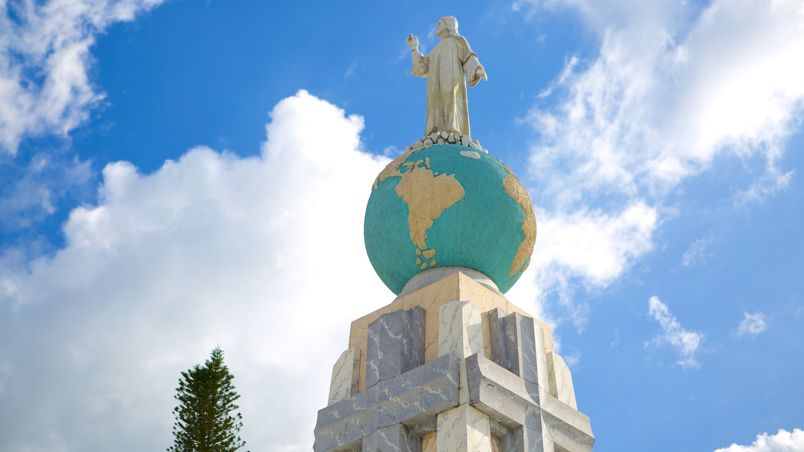 Monumento al Salvador del Mundo que incluye una estatua o escultura y un monumento