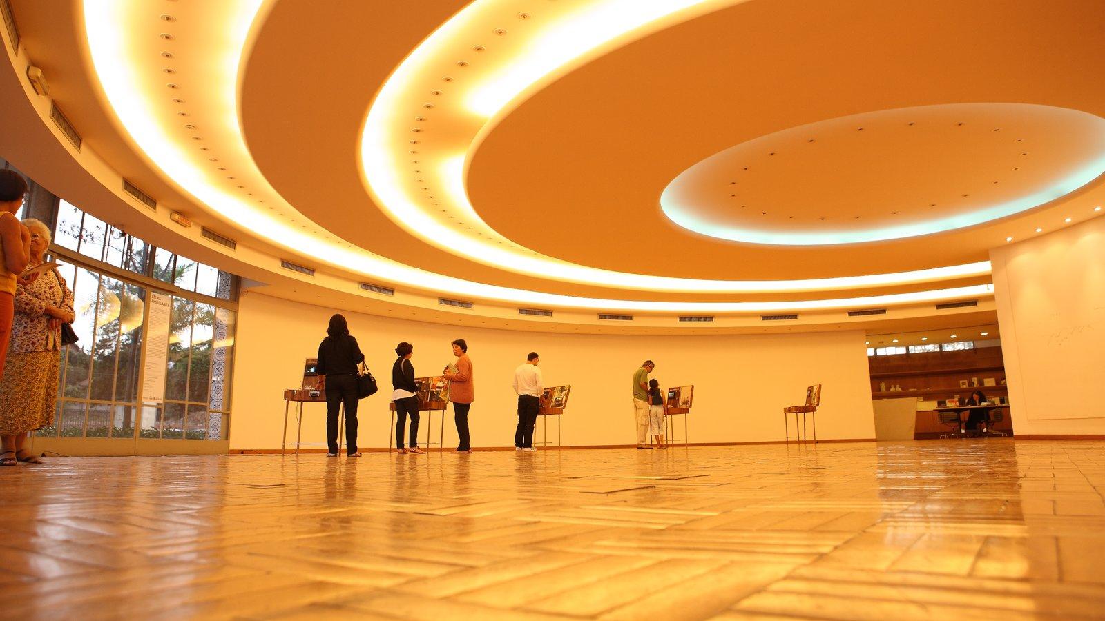 Belo Horizonte que inclui vistas internas assim como um grande grupo de pessoas