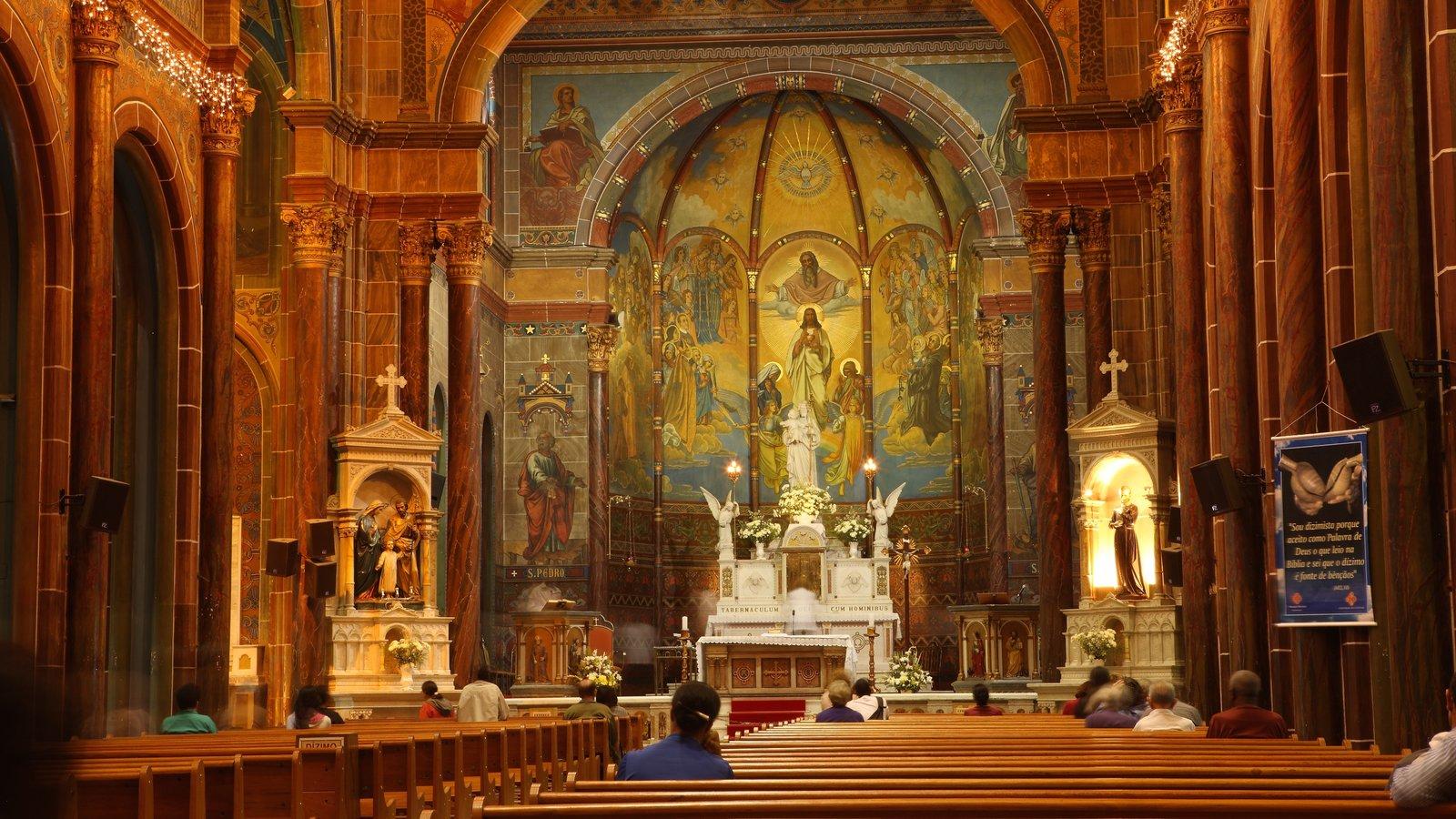 Belo Horizonte caracterizando vistas internas, aspectos religiosos e uma igreja ou catedral