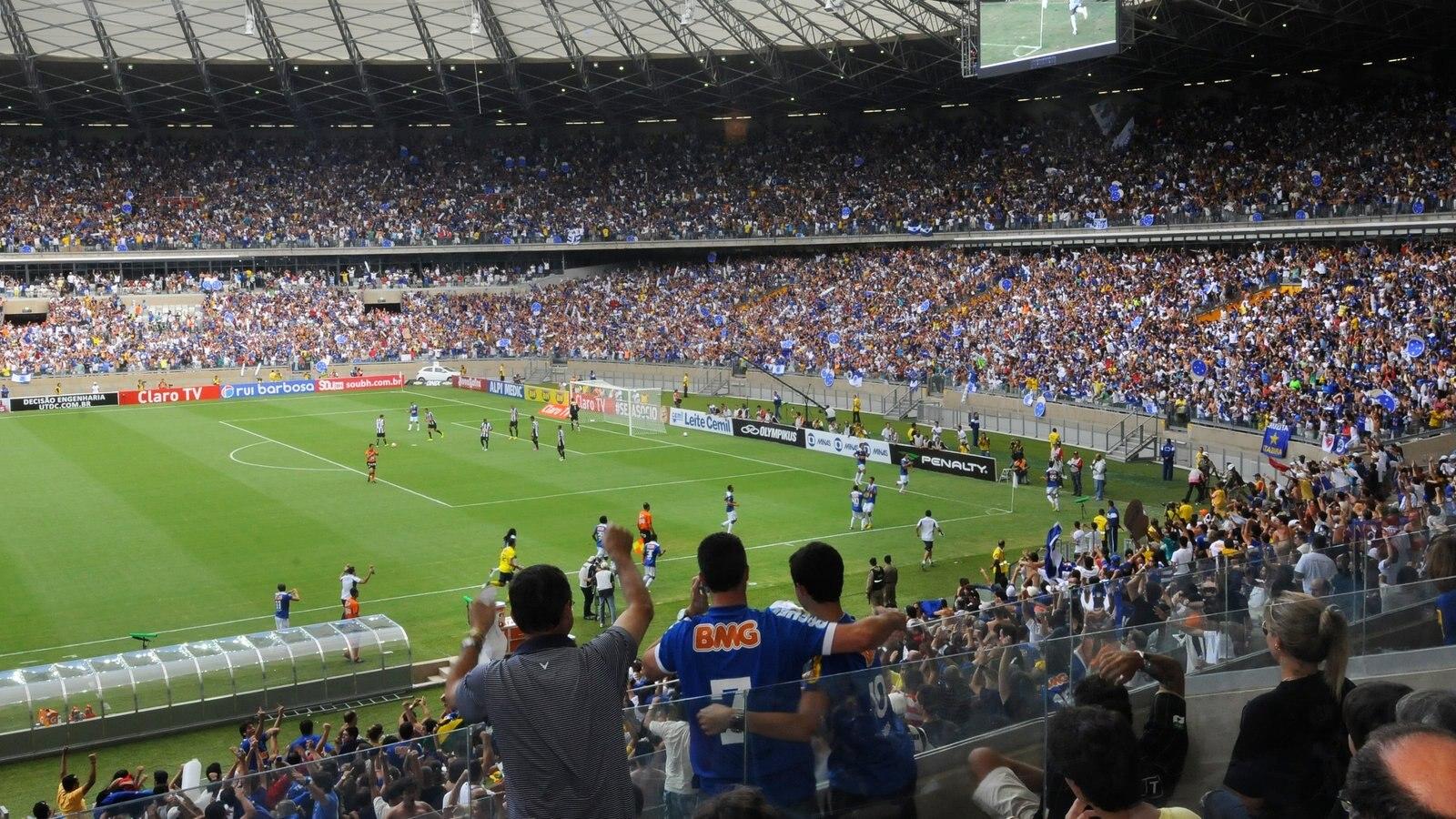 Belo Horizonte mostrando um evento desportivo e vistas internas assim como um grande grupo de pessoas