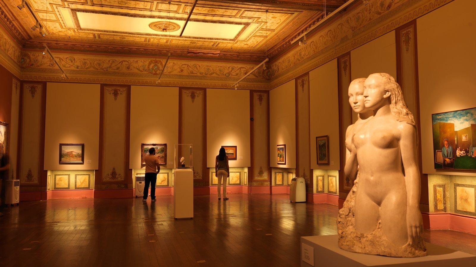 Belo Horizonte que inclui vistas internas e uma estátua ou escultura