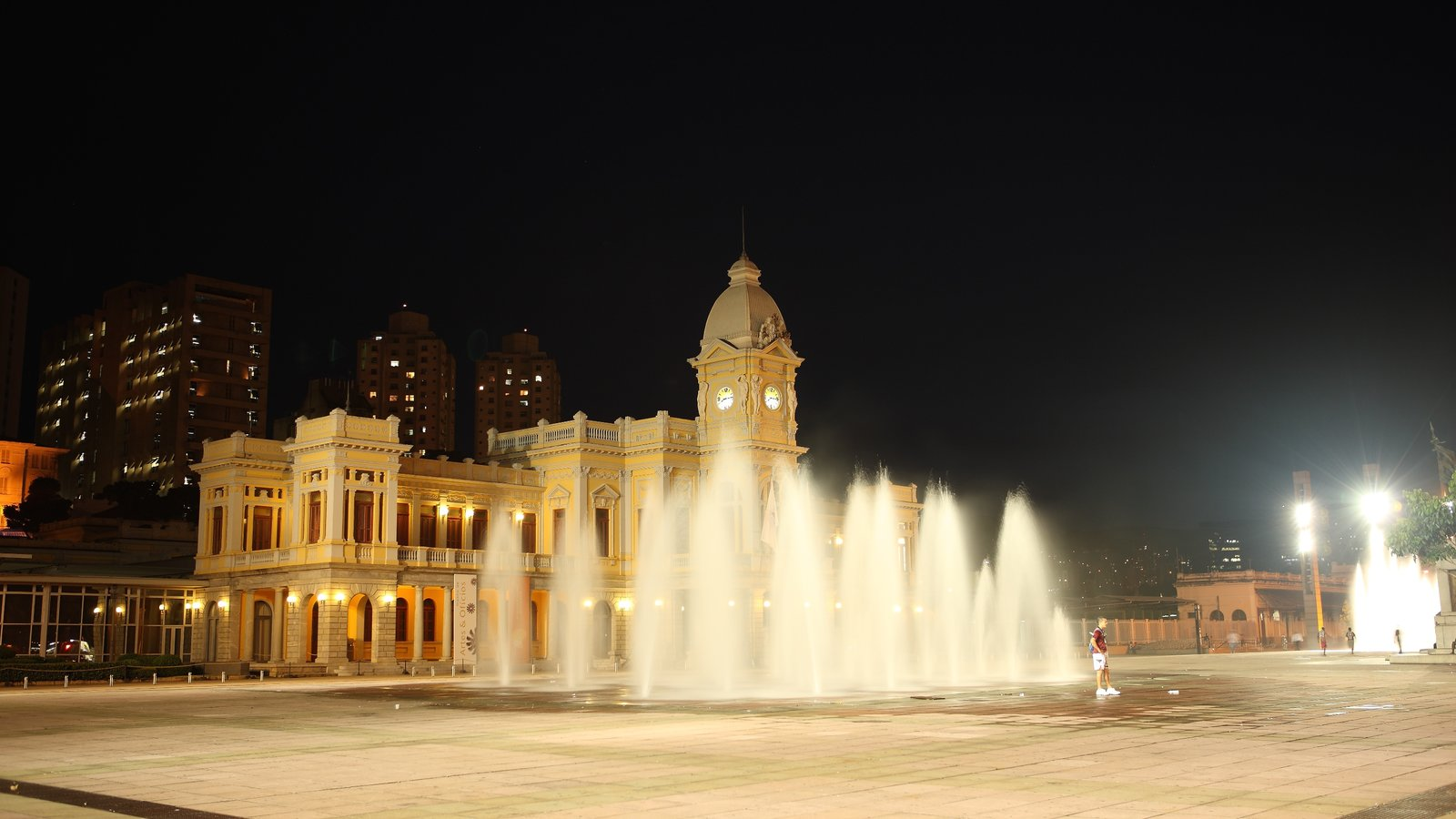 Belo Horizonte que inclui cenas noturnas, uma praça ou plaza e uma fonte