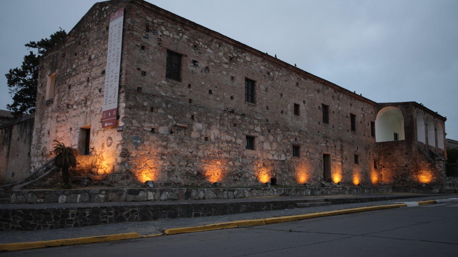 Cordoba mostrando cenas noturnas e arquitetura de patrimônio
