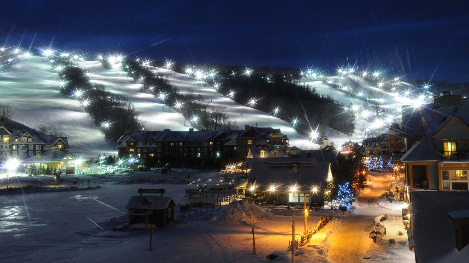 Blue Mountain Ski Resort caracterizando um hotel de luxo ou resort, uma cidade pequena ou vila e neve