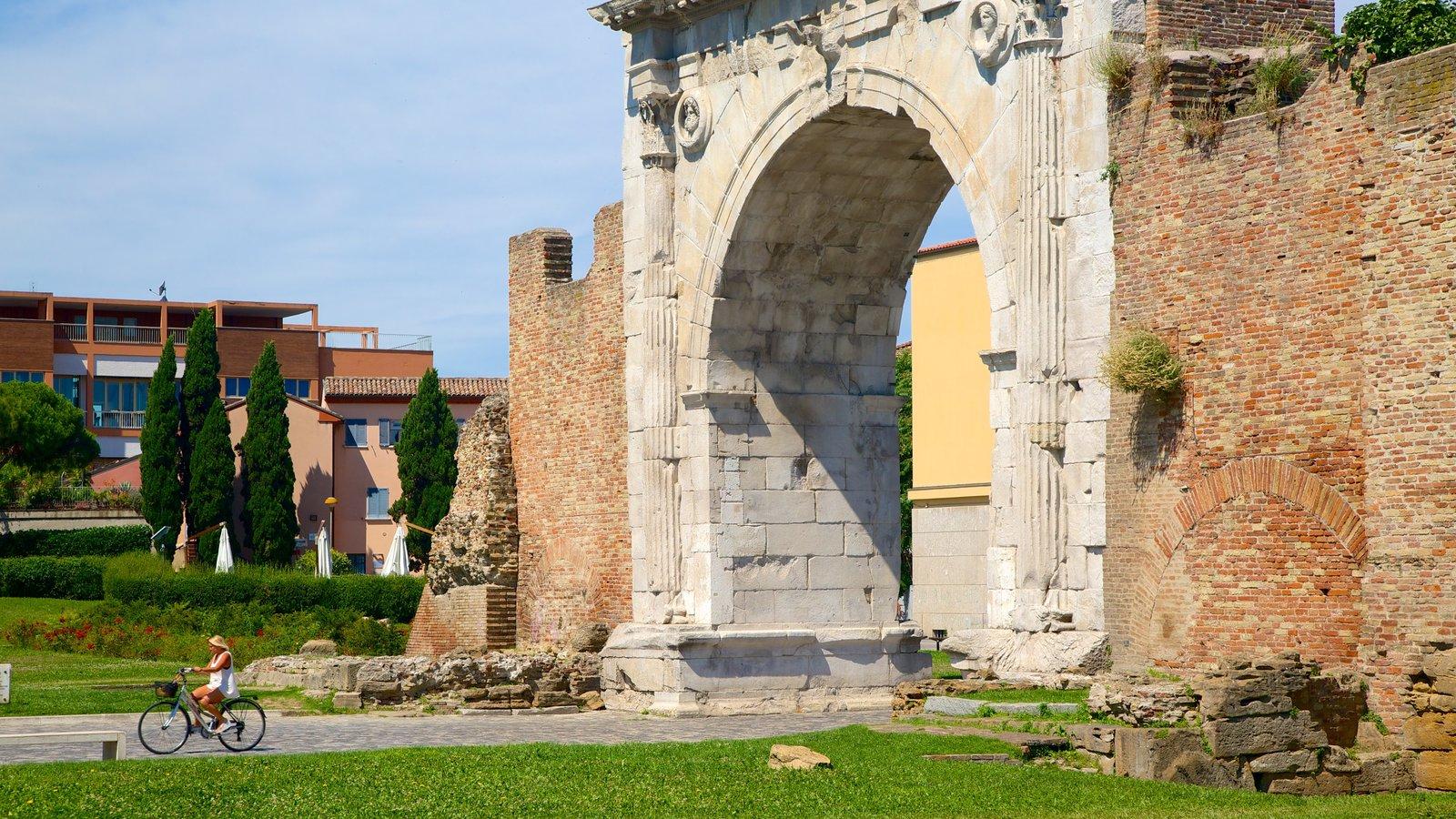 Arco de Augusto que inclui uma ruína, elementos de patrimônio e arquitetura de patrimônio