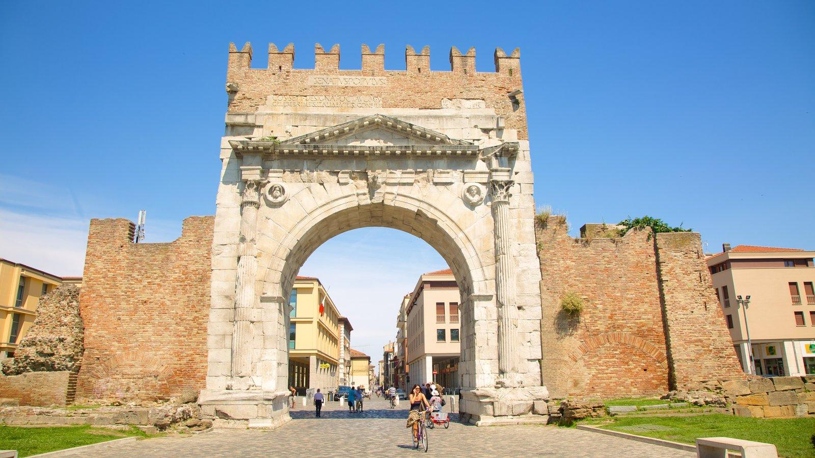Arco de Augusto mostrando elementos de patrimônio