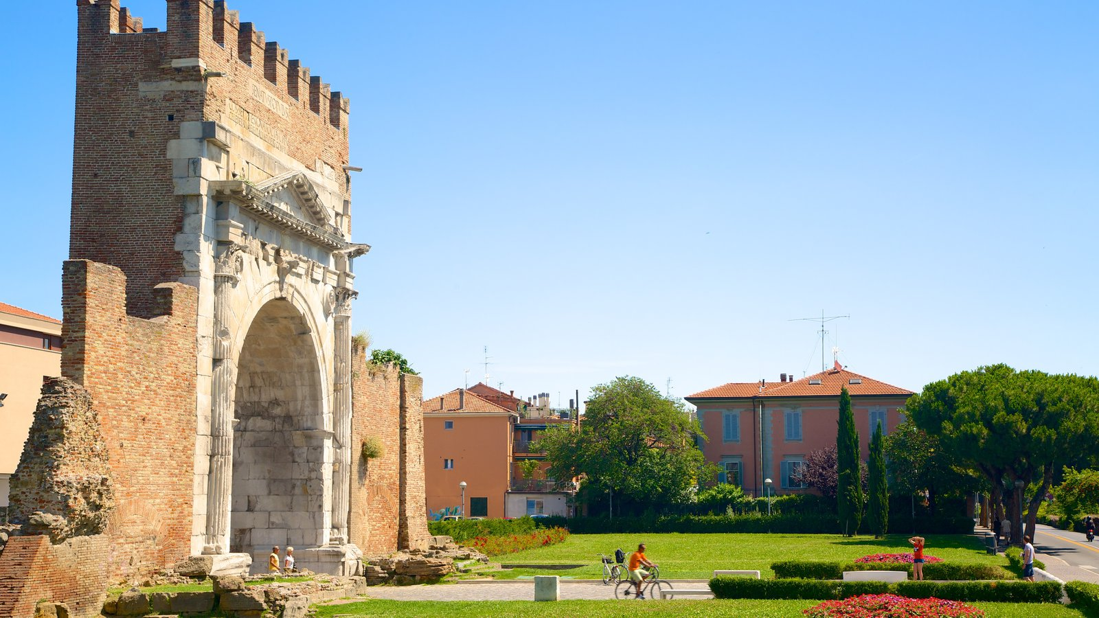 Arco de Augusto caracterizando elementos de patrimônio