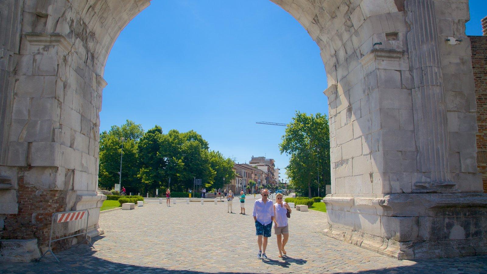 Arco de Augusto que inclui elementos de patrimônio e cenas de rua assim como um casal