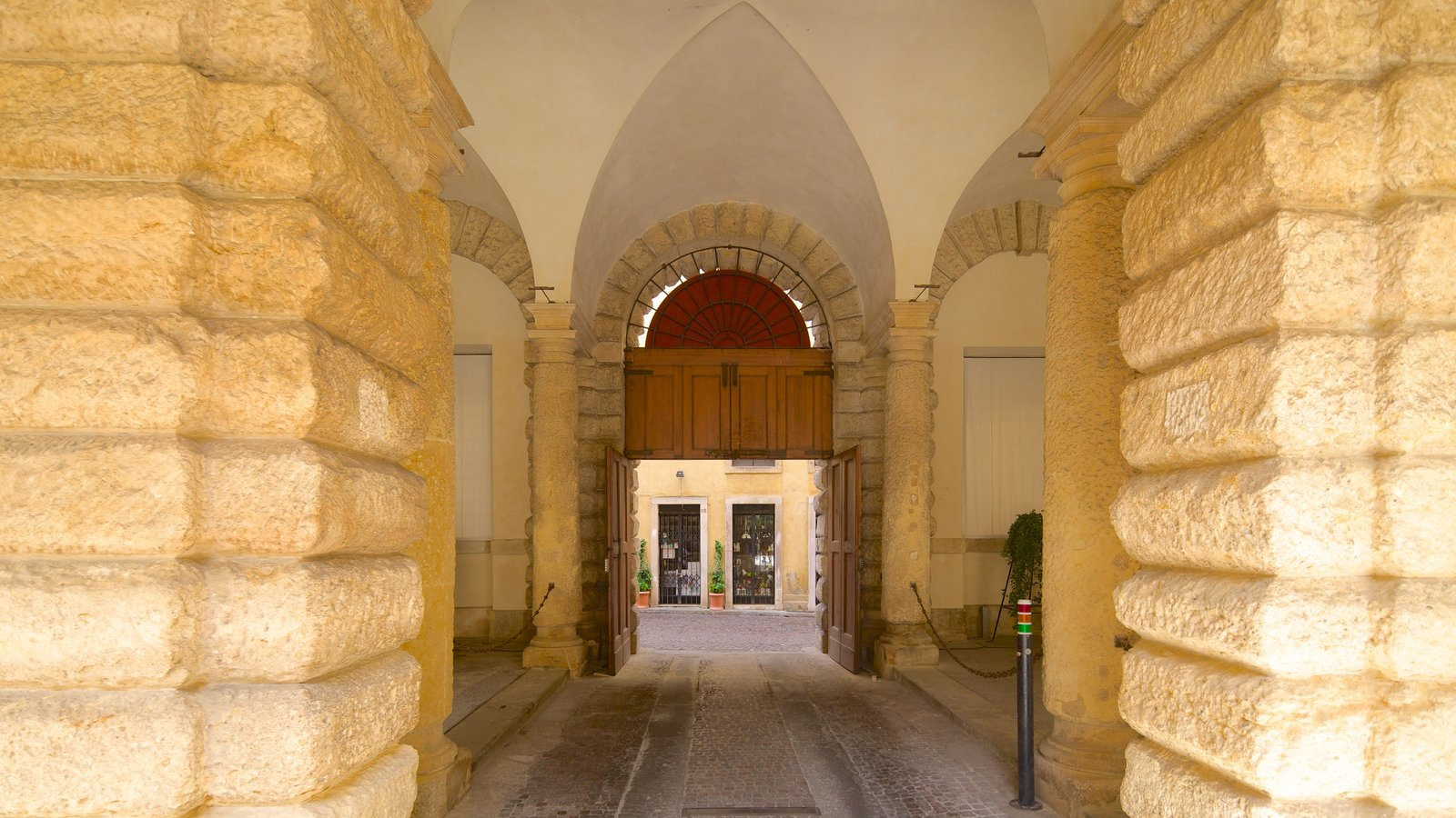 Palazzo Thiene showing interior views, a castle and heritage elements