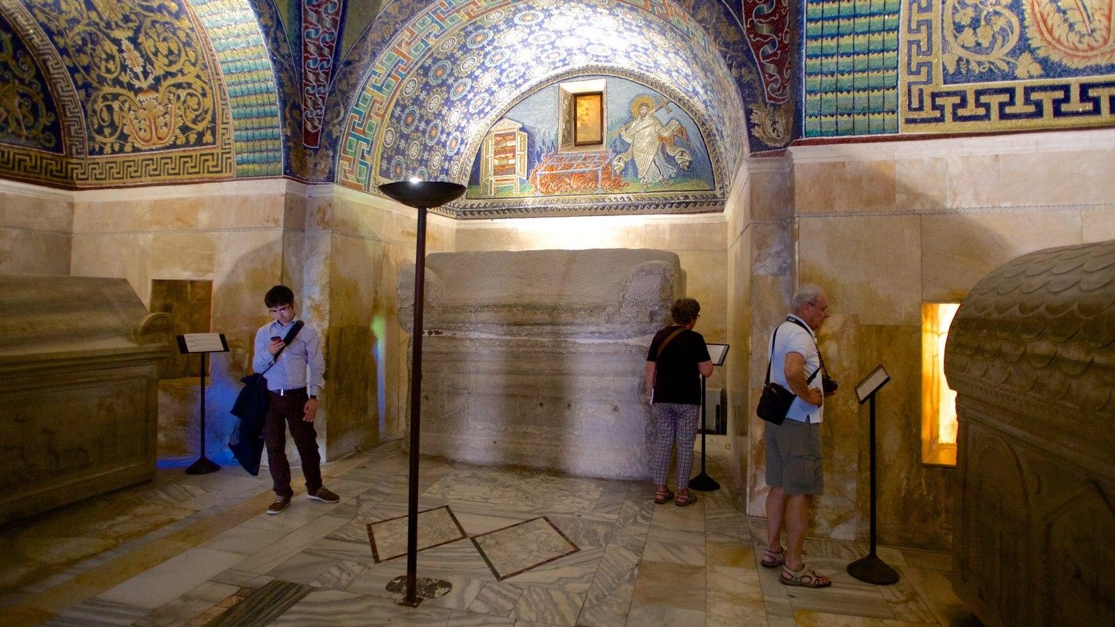 Mausoléu de Galla Placidia que inclui vistas internas, um cemitério e elementos religiosos