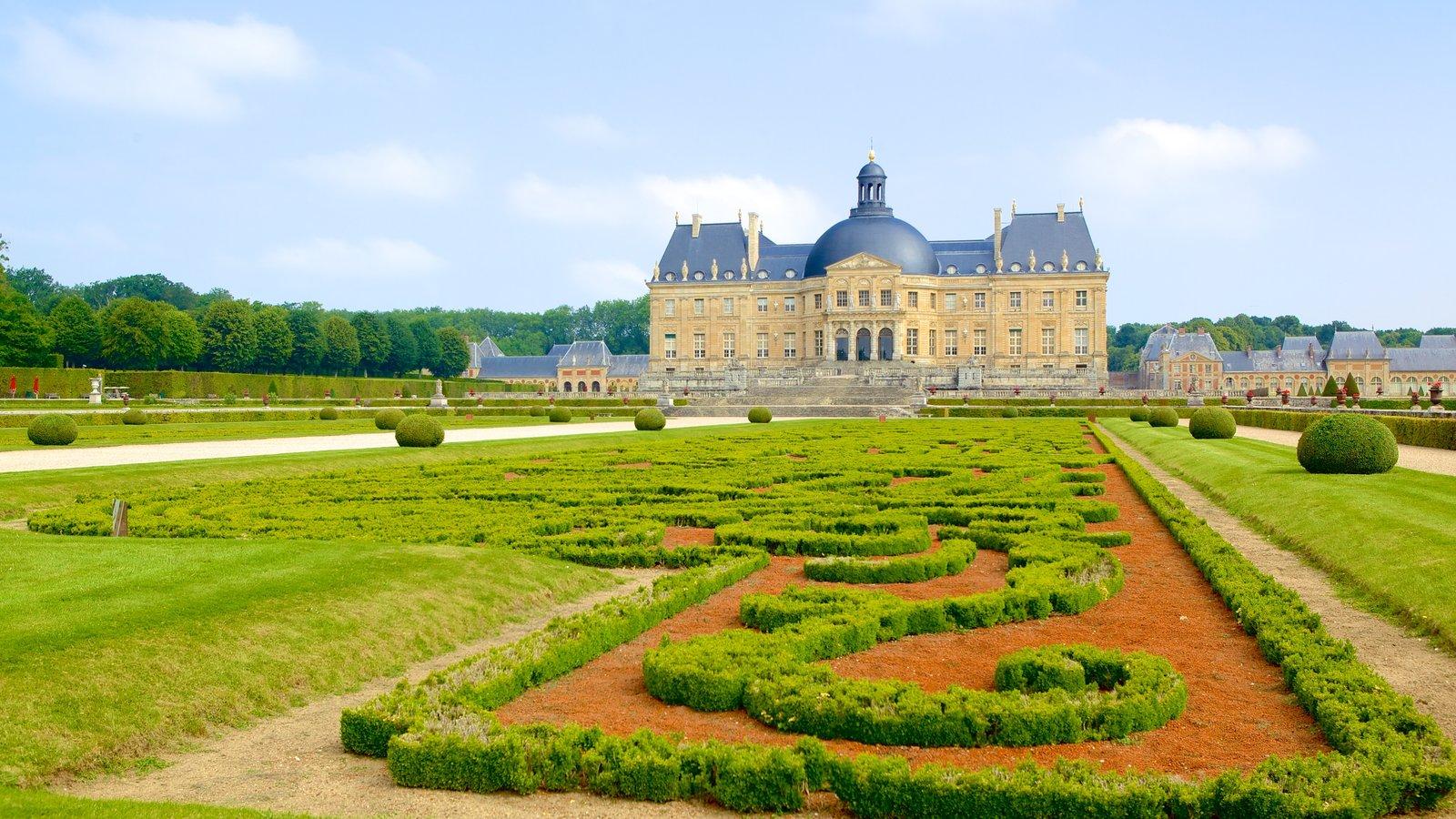 Melun mostrando um parque e um pequeno castelo ou palácio