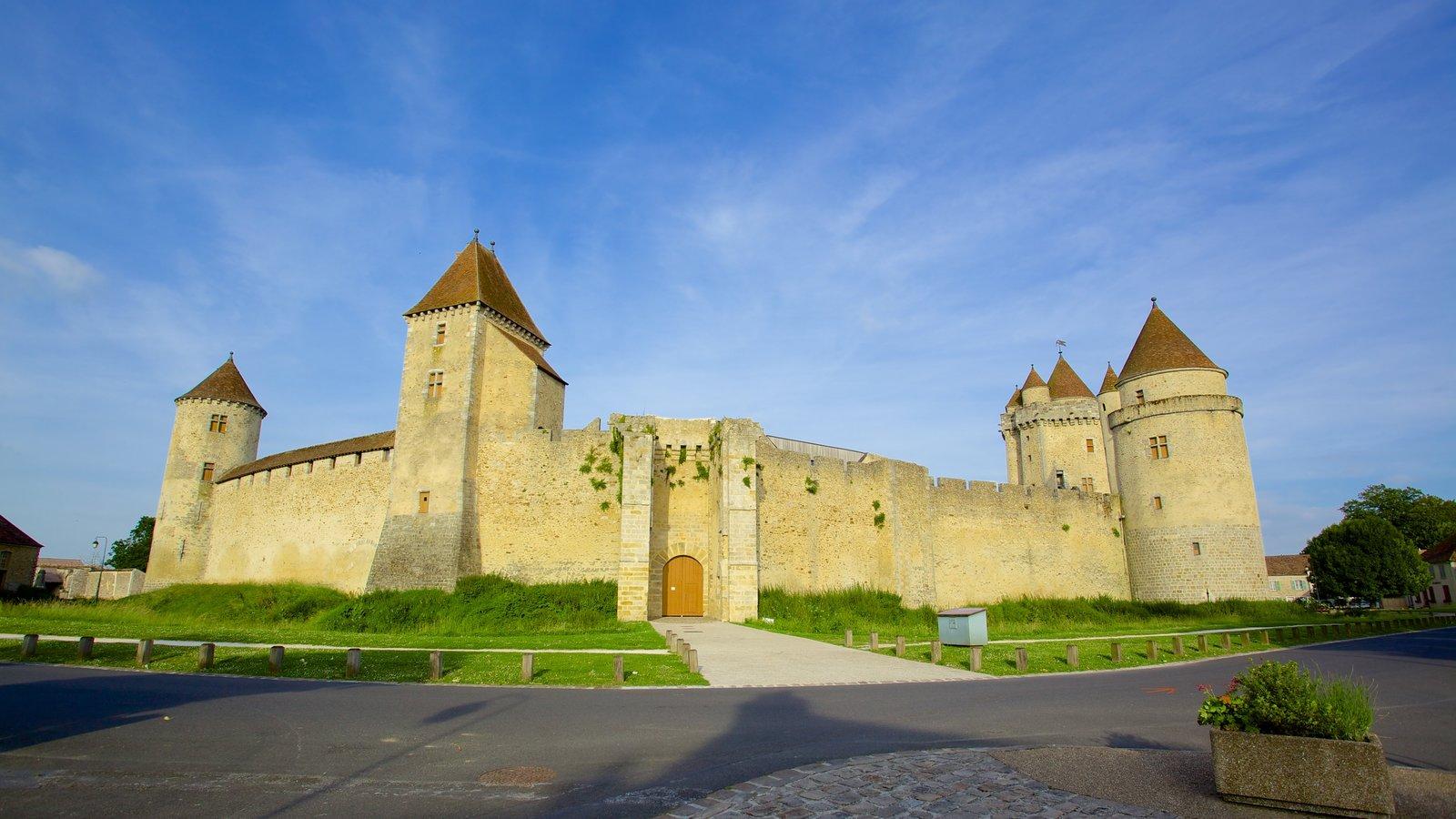 Melun que inclui elementos de patrimônio e um pequeno castelo ou palácio