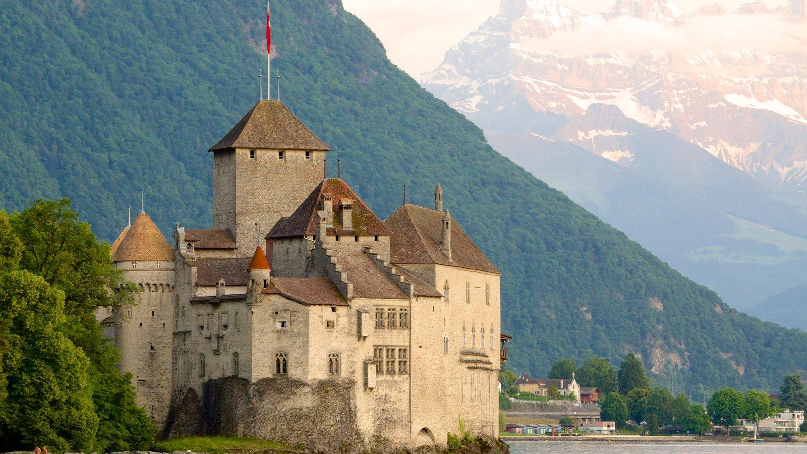 Chateau de Chillon que inclui um pequeno castelo ou palácio e arquitetura de patrimônio