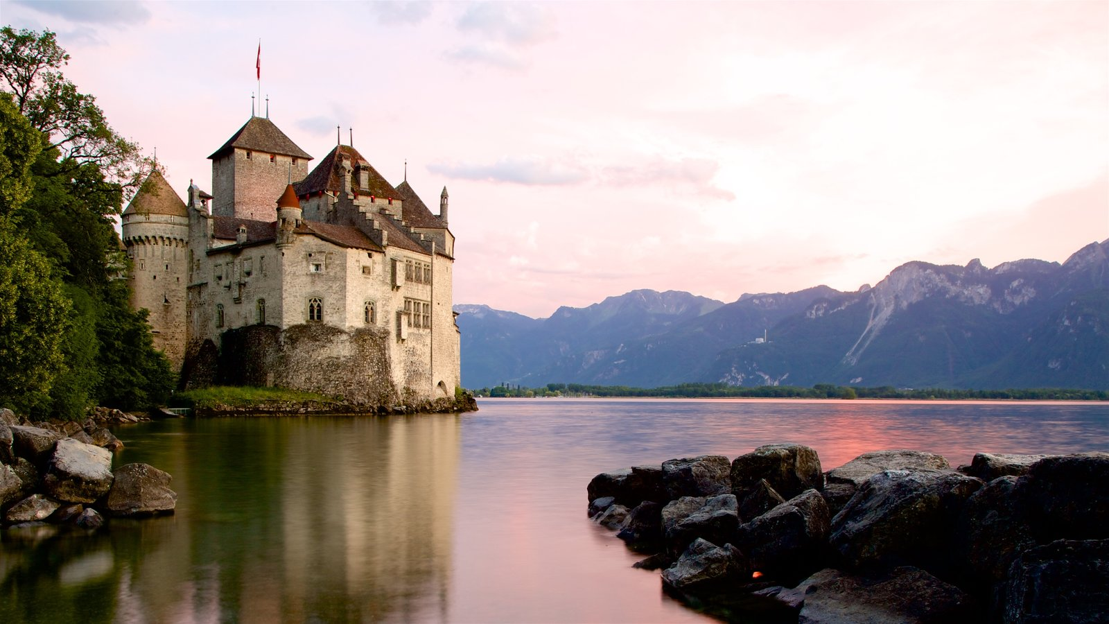 Chateau de Chillon showing a lake or waterhole, chateau or palace and heritage architecture