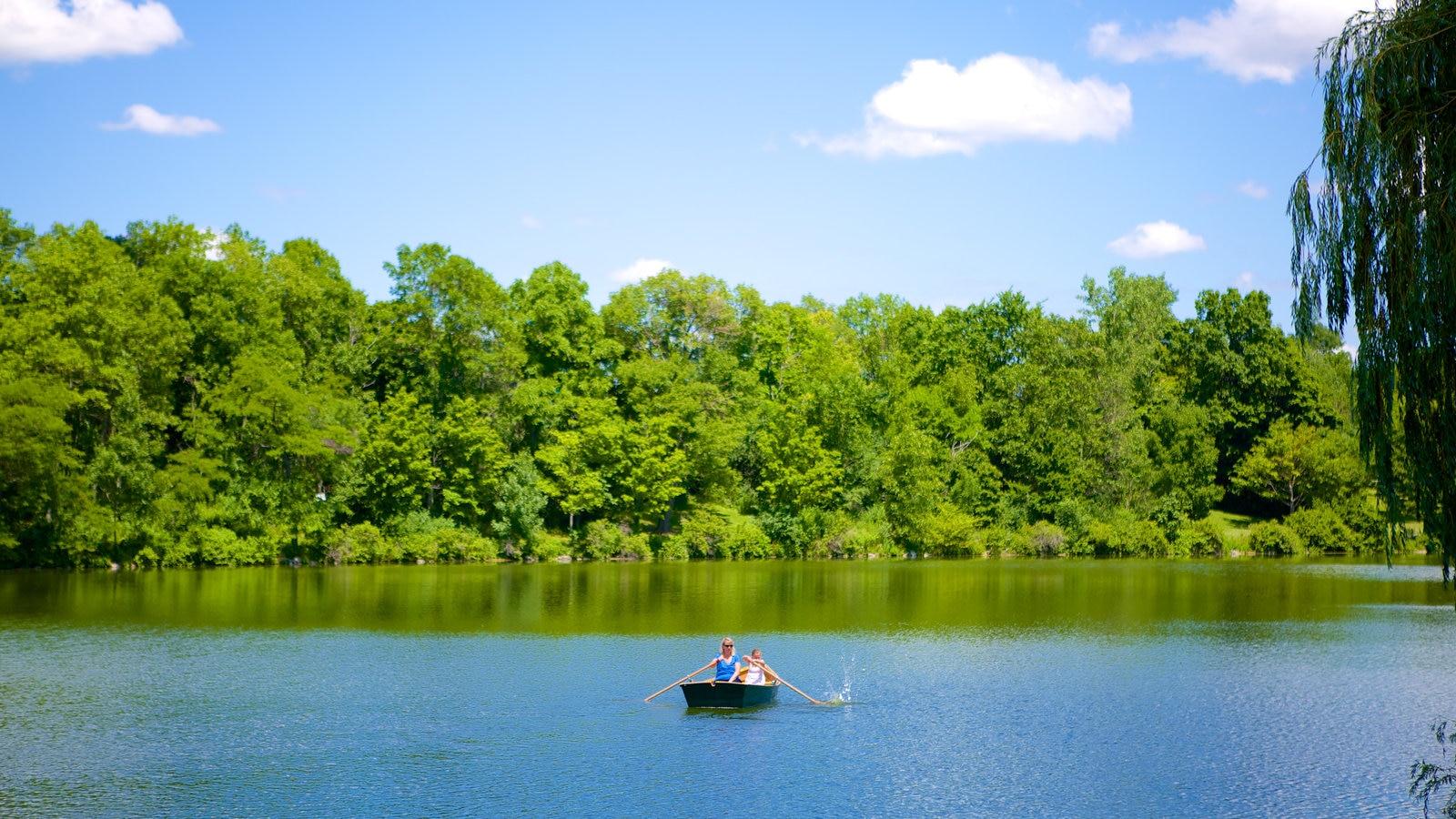 Delaware Park mostrando canoagem e um lago ou charco
